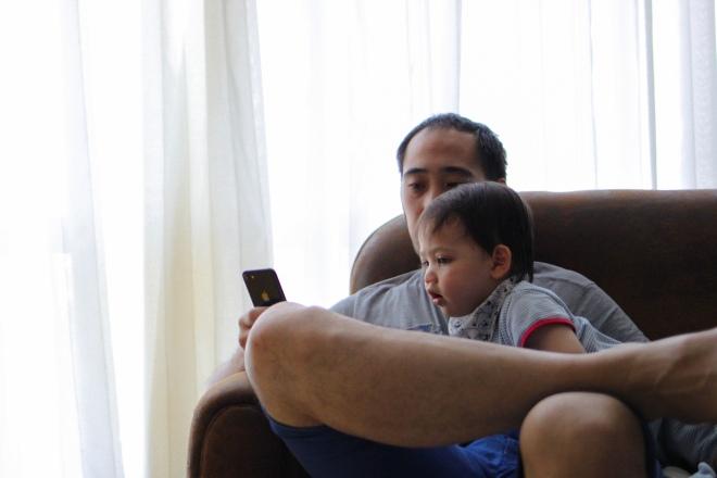 Sur le canapé avec papa