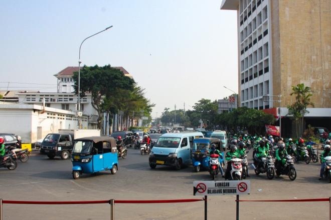 Bajaj, Angkot et GoJek devant la Gare de Jakarta Kota